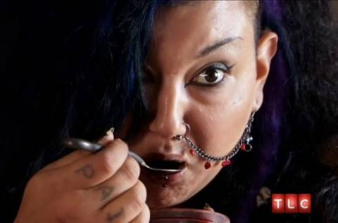 Αυτή η γυναίκα πίνει ένα λίτρο χοιρινό αίμα την ημέρα(pics)