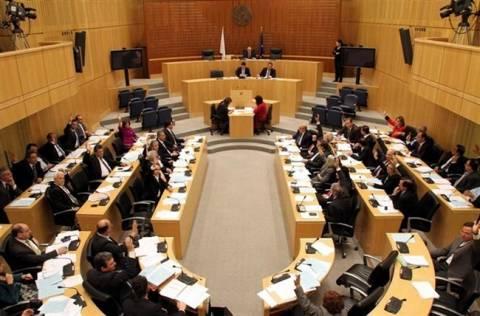 Κύπρος: Την αναζήτηση λύσεων εκτός Τρόικας εισηγείται το ΑΚΕΛ
