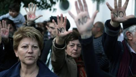 Οργισμένοι Κύπριοι «πολιορκούν» τη Βουλή (βίντεο)