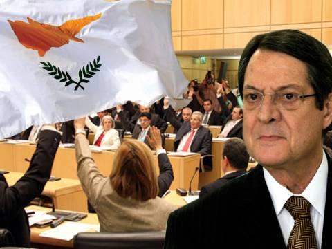 Στην κόψη του ξυραφιού η κυπριακή οικονομία