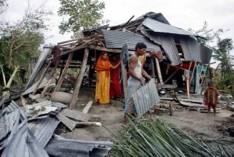 Μπαγκλαντές: Νεκρούς και τραυματίες άφησε πίσω του ο ανεμοστρόβιλος
