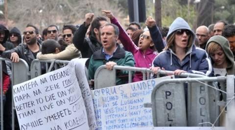 «Πολιορκούν» υπ. Οικονομικών και κυπριακή Βουλή οι τραπεζοϋπάλληλοι