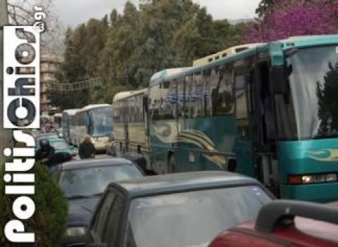 Βίντεο: Μαύρες σημαίες στα λεωφορεία στη Χίο