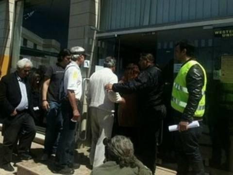 Πήγε στην τράπεζα της Κύπρου με τον παπαγάλο στο κεφάλι! (pic)