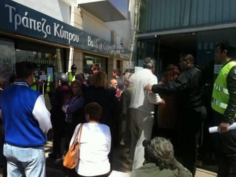 Ουρές στις τράπεζες της Κύπρου – Συναγερμός για αποφυγή επεισοδίων