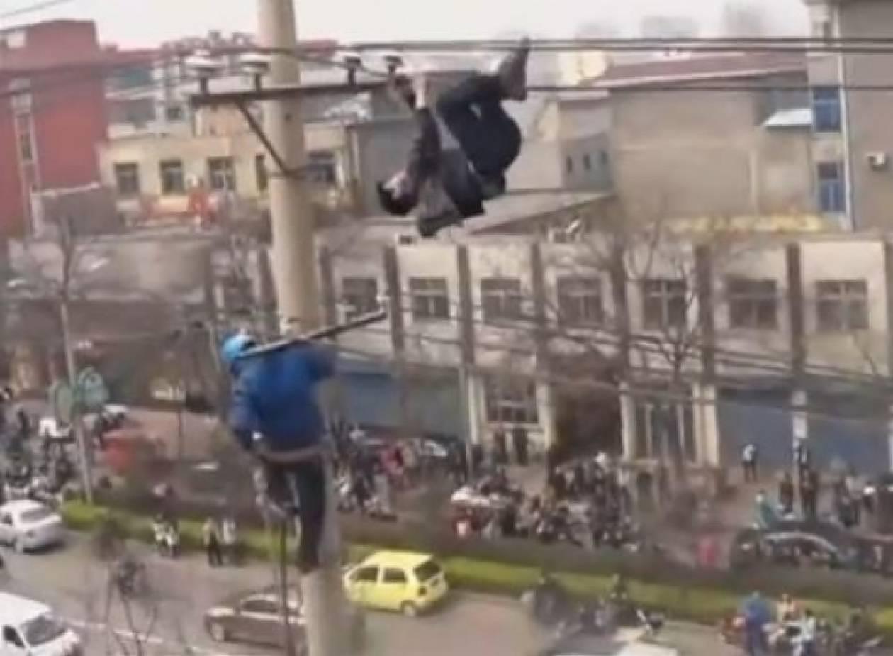Βίντεο που κόβει την ανάσα: Άνδρας κρεμασμένος από τα καλώδια