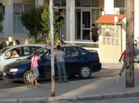 «Χειροπέδες» σε γονείς που εξωθούσαν τα παιδιά τους σε επαιτεία