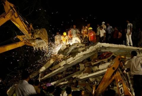 Αυξάνονται οι νεκροί από την κατάρρευση κτηρίου στην Ινδία