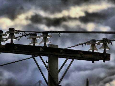 Απίστευτο: Πολίτης εγκλωβίστηκε σε κολώνα της ΔΕΗ