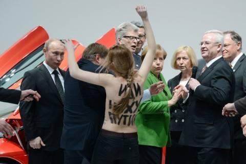 Οι γυμνόστηθες ακτιβίστριες επιτέθηκαν στον Πούτιν