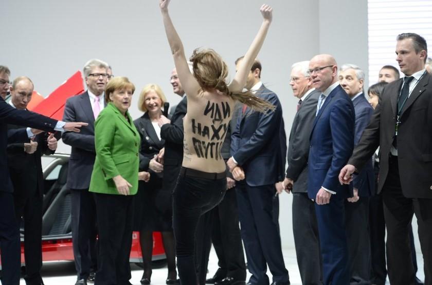 Η αντίδραση Μέρκελ και Πούτιν μπροστά στις γυμνόστηθες ακτιβίστριες