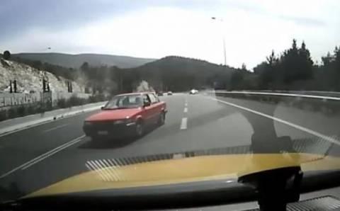 Βίντεο-ΣΟΚ: Οδηγός- «δολοφόνος» διασχίζει ανάποδα την Κατεχάκη