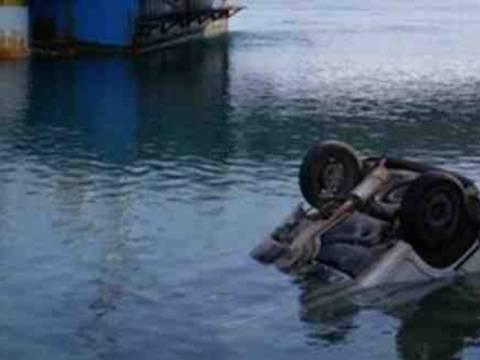 Απίστευτο: Ξέχασε το χειρόφρενο και έπεσε στο λιμάνι
