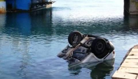 «Βουτιά» για όχημα στη θάλασσα της Σαλαμίνας