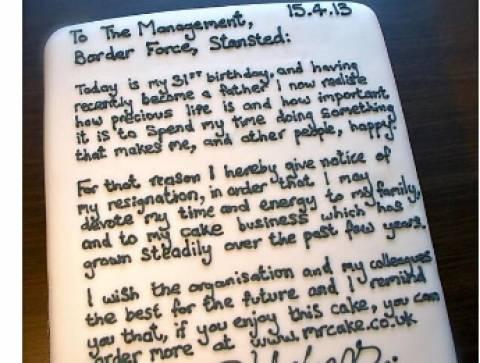 Απίστευτος: Έγραψε πάνω σε ένα κέικ την... παραίτησή του