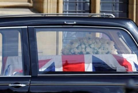 Με στρατιωτικές τιμές η κηδεία της Θάτσερ-Παρούσα η βασίλισσα Ελισάβετ