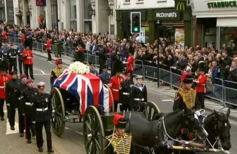 H Βρετανία αποχαιρετά την Θάτσερ με λουλούδια και χειροκροτήματα(pics)