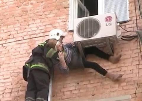 ΣΟΚ: 97χρονη παραλίγο να πέσει στο κενό - Κρεμόταν από το κλιματιστικό