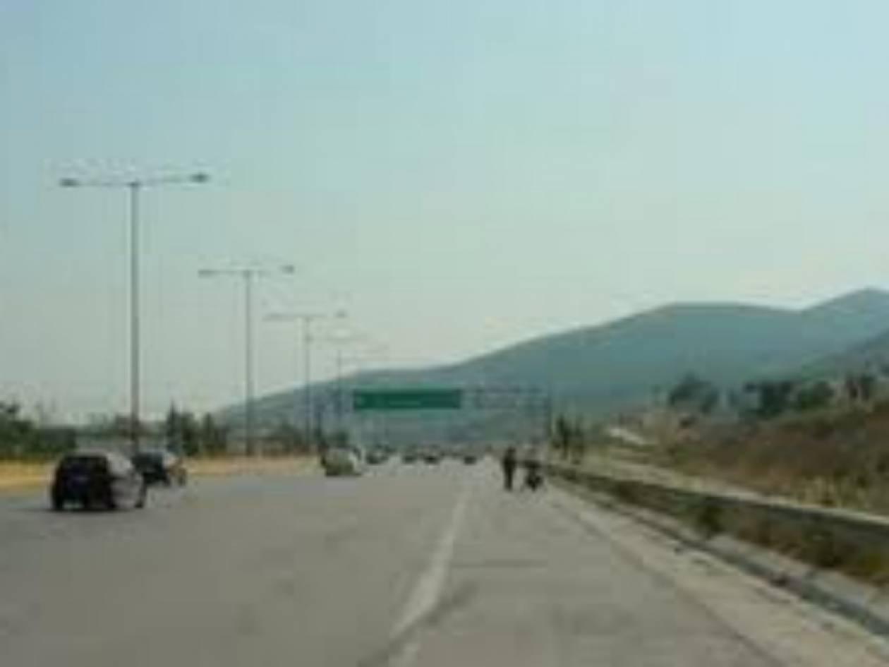 Ανατροπή νταλίκας στην Αθηνών-Κορίνθου