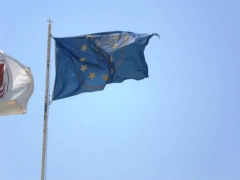 Βόλος: Ζωγράφισαν τη σβάστικα στη σημαία της Ευρωπαϊκής Ένωσης