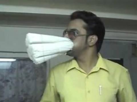 Βίντεο: Έβαλε στο στόμα του 600 καλαμάκια!