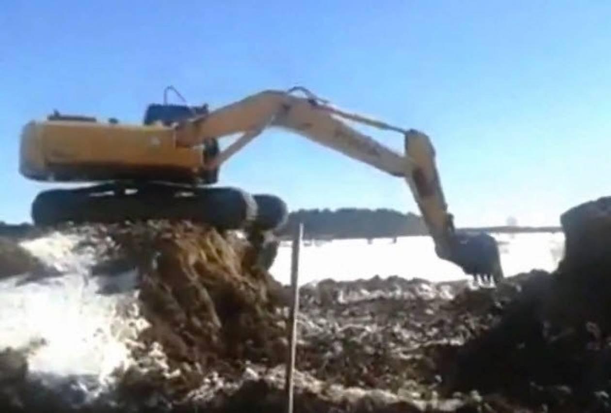 Βίντεο: Ο ζογκλέρ... εκσκαφέας