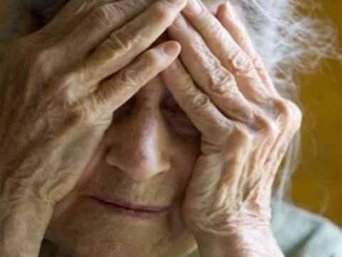 «Χειροπέδες» σε γιαγιά για απόπειρα ληστείας με κουζινομάχαιρο