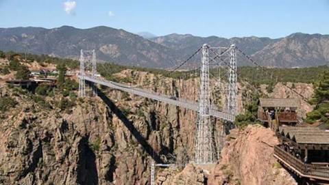 Νεκροί και τραυματίες από κατάρρευση κρεμαστής γέφυρας