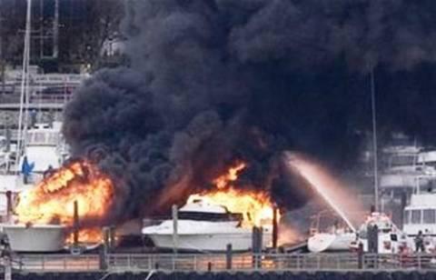 Στις φλόγες σκάφος αναψυχής στη μαρίνα Ζέας