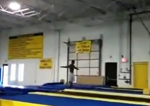 Βίντεο: Γυμναστής κάνει backflips... για μετάλλιο!