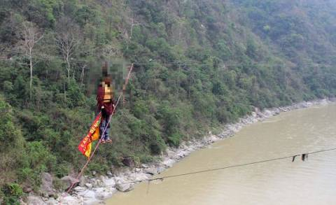 Τραγικό: Πέθανε κρεμασμένος πάνω από ποτάμι για να μπει στα Γκίνες