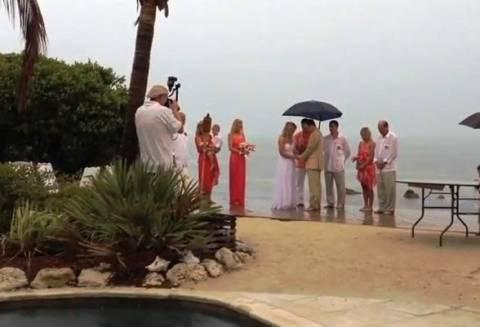 Βίντεο: Ήθελαν γάμο στην παραλία...