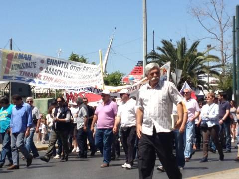 ΤΩΡΑ: Συγκέντρωση και πορεία για την Εργατική Πρωτομαγιά στον Πειραιά