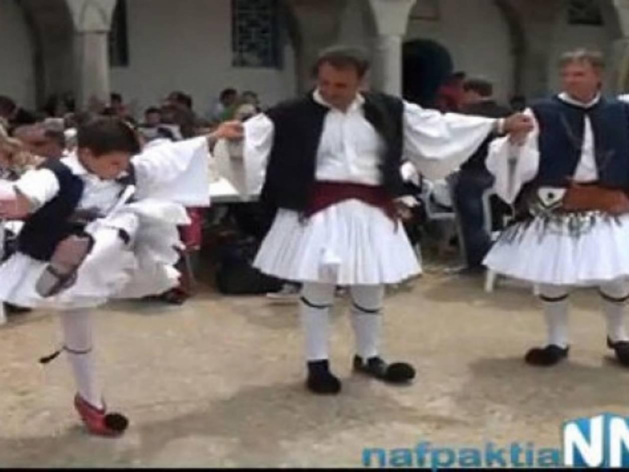 Ναύπακτος: Το τσάμικο ενός πιτσιρικά έκλεψε την παράσταση (vid)
