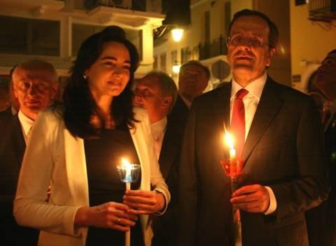 Γιατί ο πρωθυπουργός κρατούσε δύο λαμπάδες την Ανάσταση;