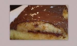 Σας μπαγιάτεψε το τσουρέκι; Γεμίστε το με σοκολάτα και σιροπιάστε το!