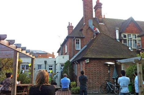 Κοίταξαν στην οροφή του ξενοδοχείου και έπαθαν ΣΟΚ με αυτό που είδαν