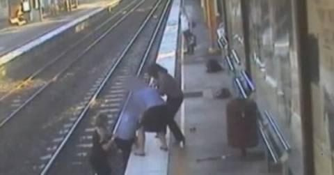 Συγκλονιστικό βίντεο: Έπεσε στις ράγες τραίνου για να σώσει έναν άνδρα