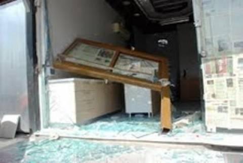 Μεθυσμένος οδηγός φορτηγού... στόλισε βιτρίνα καταστήματος...