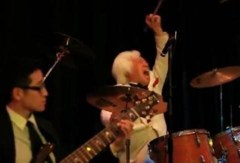 Βίντεο: Ο ντράμερ που κλέβει την παράσταση