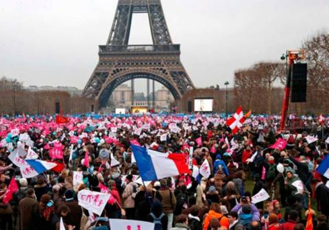 Γαλλία: Επικυρώθηκε ο γάμος μεταξύ των ομοφυλοφίλων
