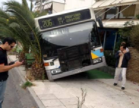 ΣΟΚ: Λεωφορείο μπήκε σε καφετέρια στην Ηλιούπολη (ΦΩΤΟΡΕΠΟΡΤΑΖ)
