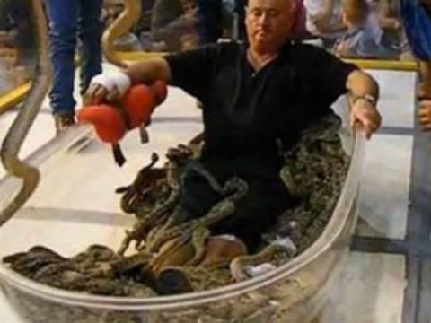 Βίντεο: Μπήκε στην μπανιέρα με 195 φίδια!