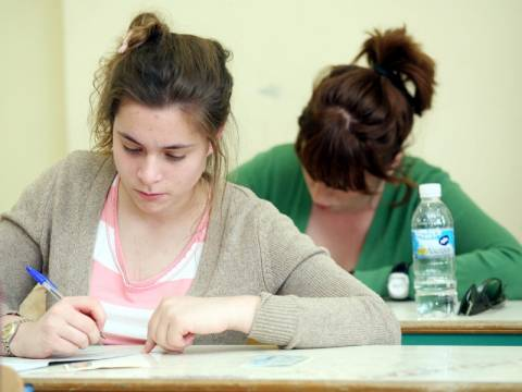 Πανελλήνιες 2013: Με Λογοτεχνία και Φυσική συνεχίζονται οι εξετάσεις