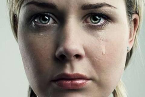 Επίταξαν καθηγήτρια ενώ έκλαιγε τον πατέρα της πάνω στο φέρετρο