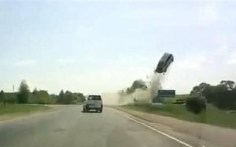 Βίντεο-ΣΟΚ: Τρομακτικό δυστύχημα σε δρόμο της Ρωσίας