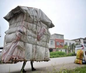 Άνθρωπος - σαλιγκάρι κουβαλάει το... σπίτι του στην πλάτη (pics)