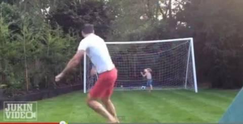 Βίντεο: Μπαμπάς και γιος παίζουν ποδόσφαιρο με... οδυνηρά αποτελέσματα