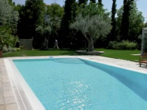 Απίστευτο: Δείτε με τι γέμιζαν την πισίνα τους στη Θεσσαλονίκη