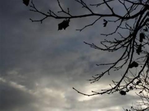Πτώση της θερμοκρασίας και σποραδικές καταιγίδες τη Δευτέρα